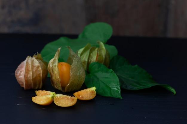Fruta fresca de groselha capa isolada em madeira