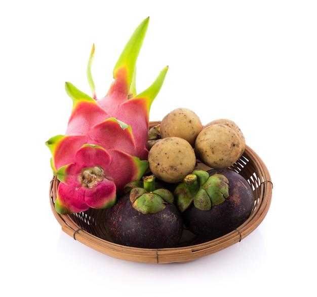 Fruta fresca em uma bandeja de madeira