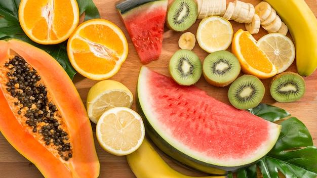 Fruta fresca fatias vista superior