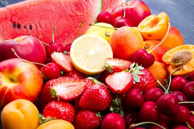 Fruta fresca na mesa de madeira