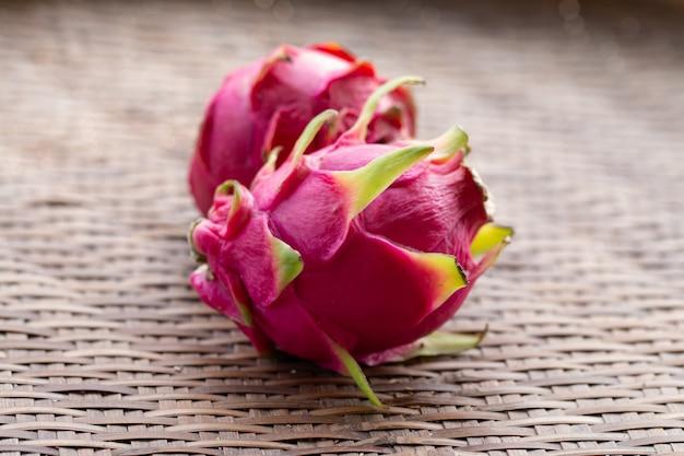 Fruta fresca pitaiaya na cor vermelha de fruta de madeira ou madura dragão com cópia-espaço