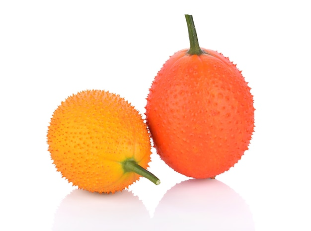 Fruta gac em fundo branco