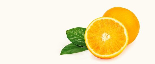 Fruta inteira e metade com folhas em um fundo branco