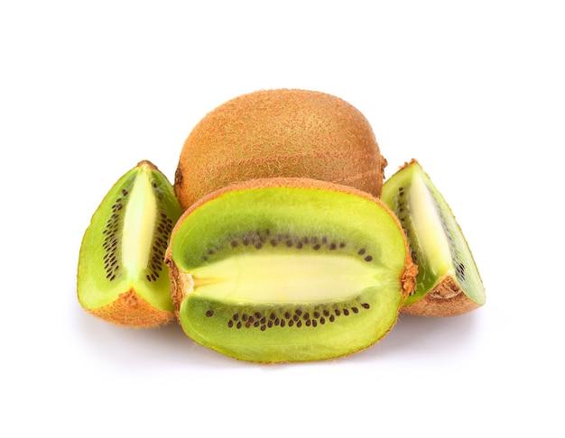 Fruta kiwi isolada na superfície branca. trajeto de grampeamento