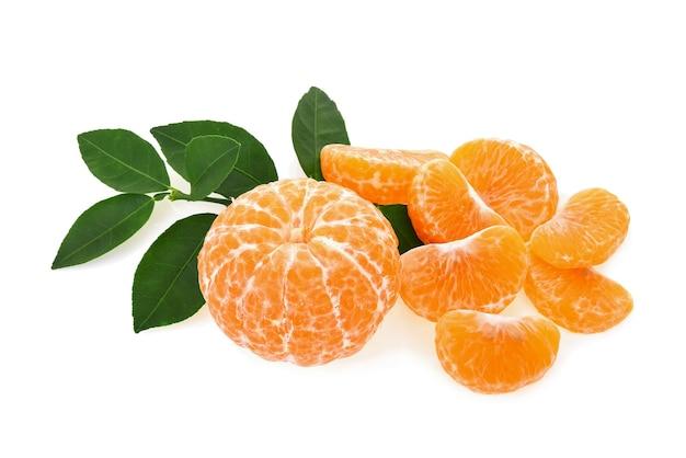 Fruta laranja com folhas em fundo branco