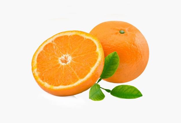 Fruta laranja com folhas isoladas em fundo branco