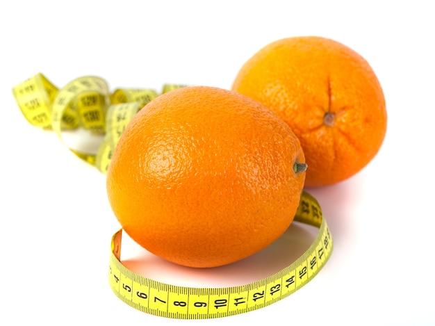 Fruta laranja com medição isolada no branco. conceito de dieta e cuidados com o corpo