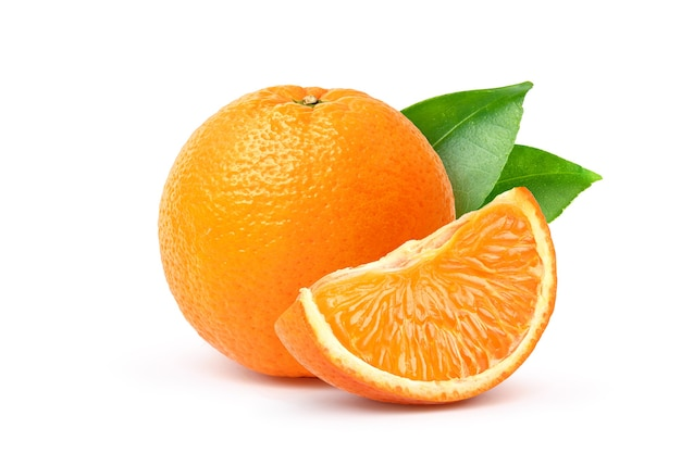 Fruta laranja com segmento e folhas verdes, isoladas no fundo branco.