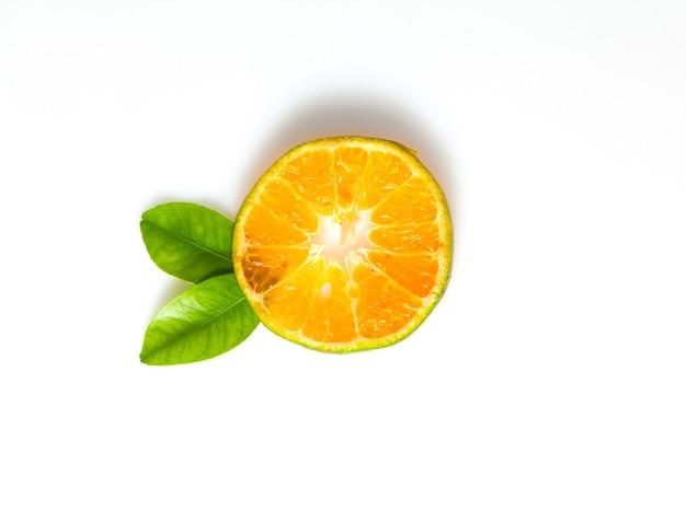 Fruta laranja e folhas isoladas em fundo branco