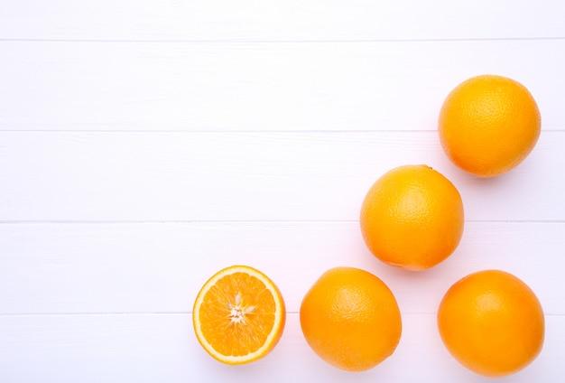 Fruta laranja em fundo branco de madeira