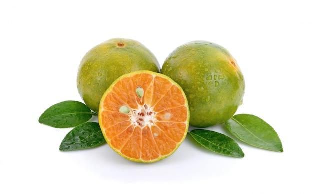 Fruta laranja fresca com deixar isolado no branco