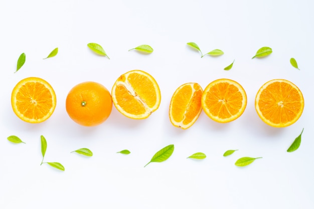 Fruta laranja fresca com folhas verdes em branco.
