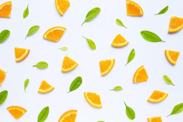 Fruta laranja fresca com padrão de folhas verdes