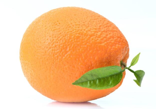 Fruta laranja isolada em um fundo branco