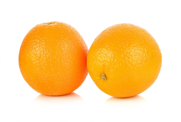 Fruta laranja isolada no branco b