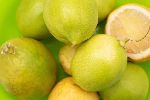 Fruta limão em um fundo branco