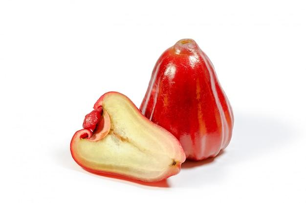 Fruta maçã rosa isolada no branco
