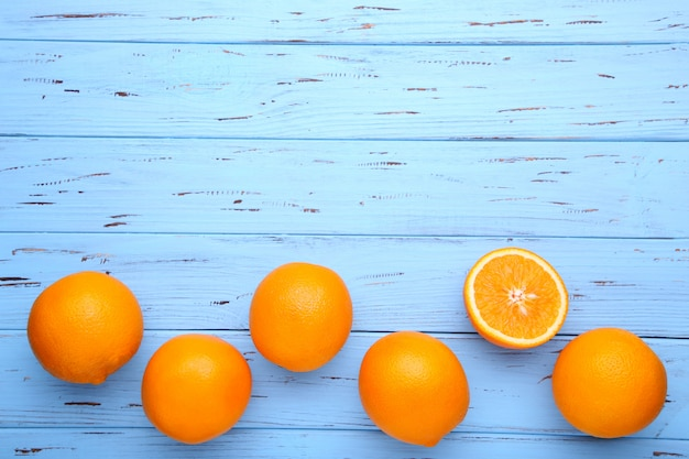 Fruta madura laranja sobre fundo azul