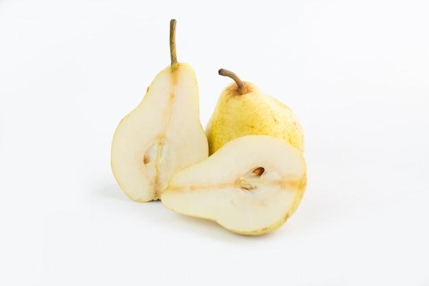 Fruta madura madura suculenta meio corte pêra em branco
