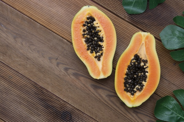 Fruta mamão sobre fundo de madeira. copie o espaço.
