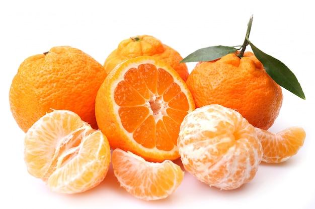 Fruta mandarim em fundo branco