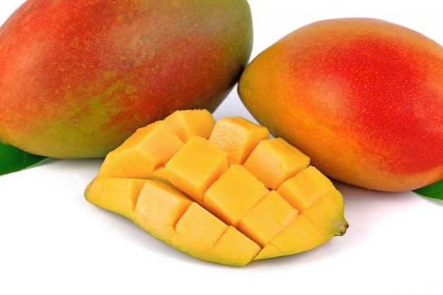 Fruta manga fresca em branco
