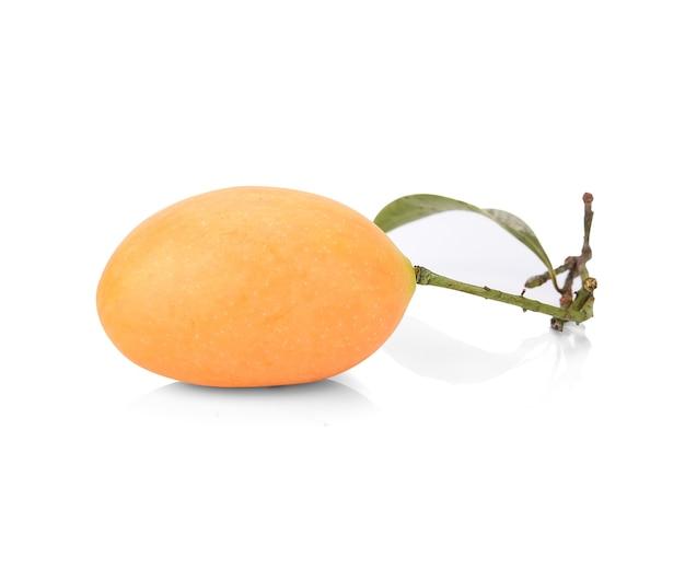 Fruta maprang isolada no branco