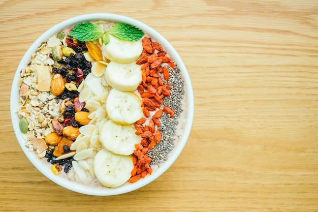 Fruta mista com muesli e granola
