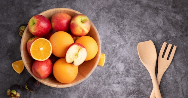 Fruta mistura colorida na placa de madeira.