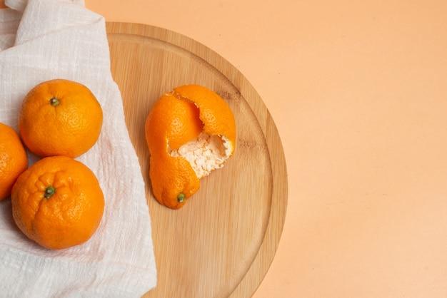 Fruta natural de tangerina laranja com tangerina e mesa de madeira.