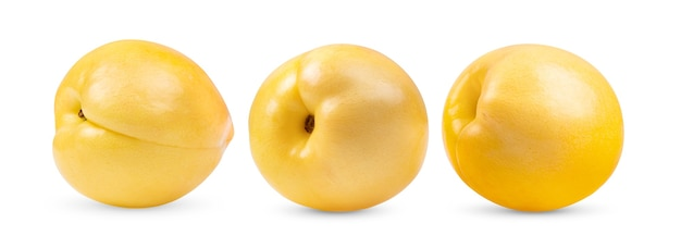Fruta nectarina amarela em fundo branco