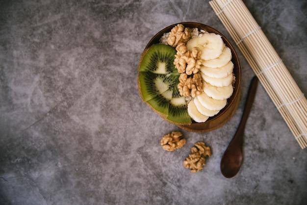 Fruta saborosa e café da manhã nozes com espaço de cópia