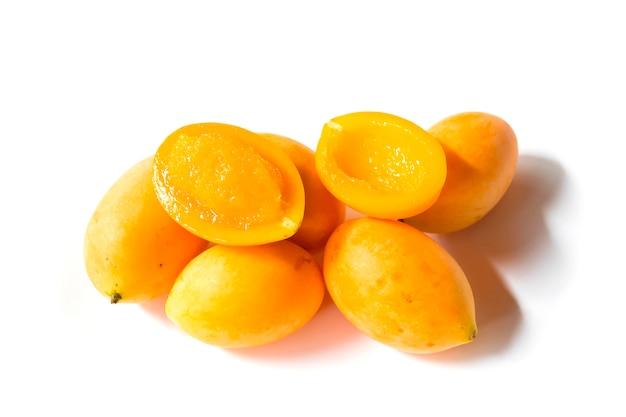 Fruta tailandesa tropical. maprang, ameixa mariana, gandaria, manga de ameixa.