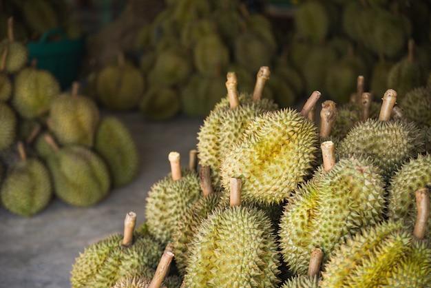 Fruta tropical durian no fundo da textura para a venda no mercado de fruta no verão