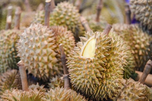 Fruta tropical durian no fundo para a venda no mercado de frutas no verão