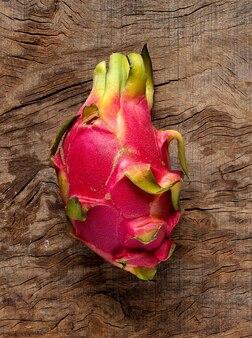 Fruta tropical pitaya vermelha na mesa de madeira