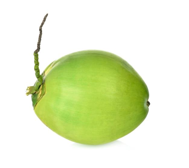 Fruta verde do coco isolada no fundo branco.