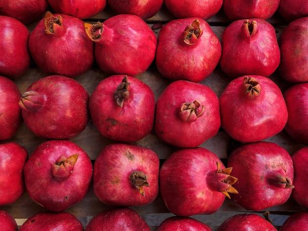 Fruta vermelha da romã madura encontra-se em uma caixa.