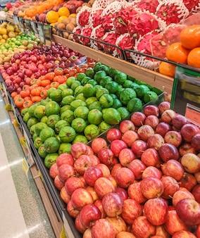 Frutas à venda no mercado organizado com foco seletivo e desfoque