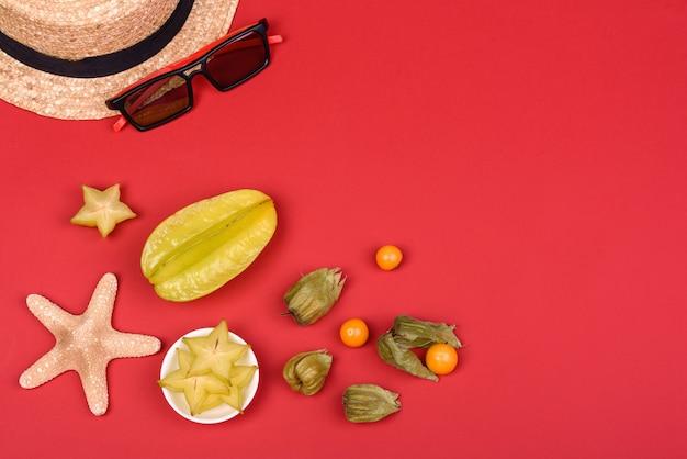 Frutas, acessórios de praia e estrelas do mar