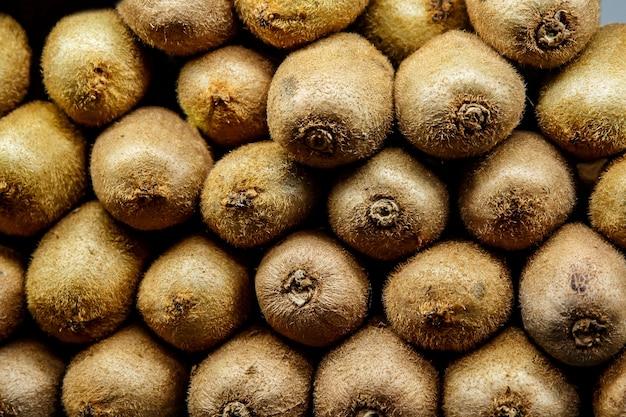 Frutas alinhadas em um balcão. textura kiwi.