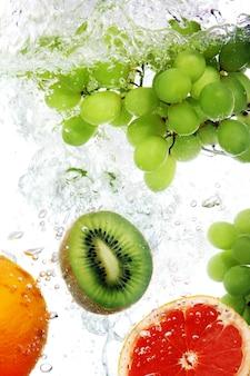 Frutas caídas na água