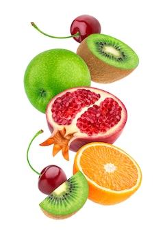 Frutas caindo isoladas no fundo branco
