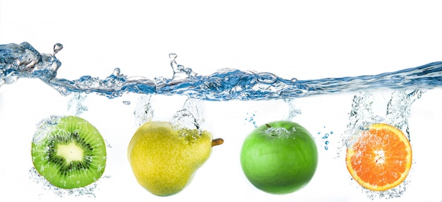 Frutas caindo na água
