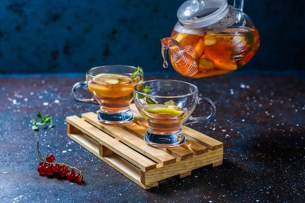 Frutas caseiras e chá de frutas vermelhas com hortelã.