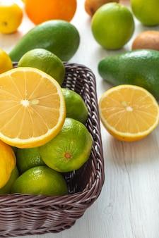 Frutas cítricas abacate limão laranja em uma mesa de madeira