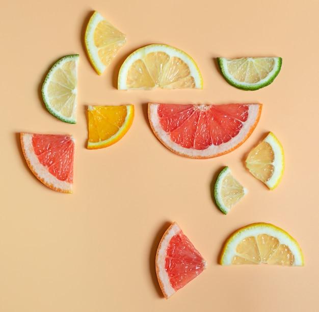 Frutas cítricas brilhantes em layout geométrico uniforme