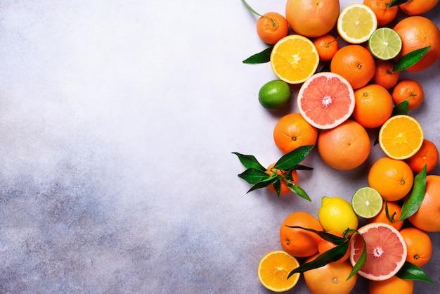 Frutas cítricas. citrinas frescas sortidos com folhas. laranja, grapefruit, limão, limão, tangerina. vista do topo