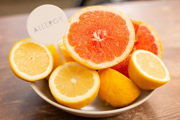 Frutas cítricas com alguns componentes alérgicos em cima da mesa
