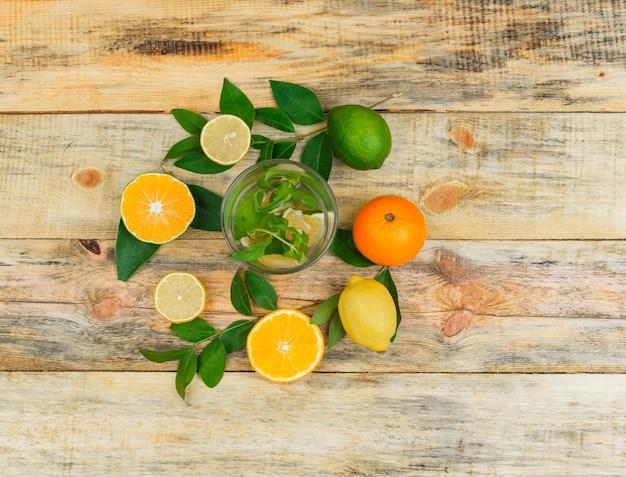 Frutas cítricas com folhas com água detox